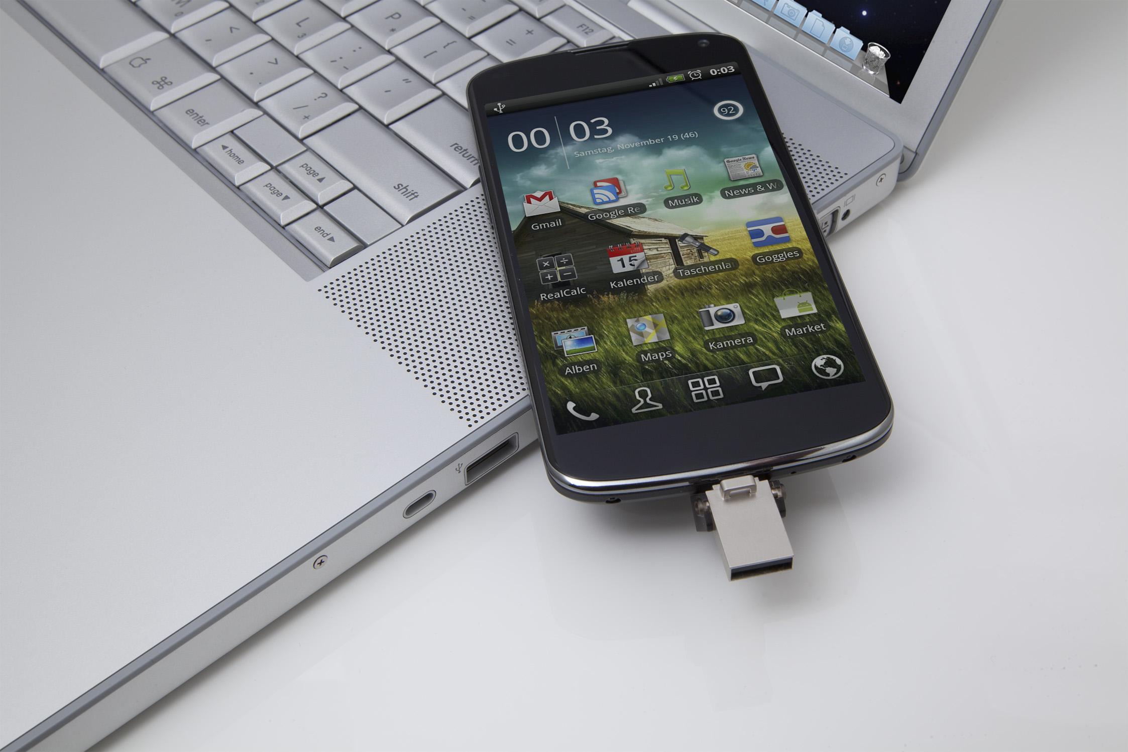 DataTraveler microDuo Usage Image_DTDUO-cellphone_laptop_28_02_2014 00_00