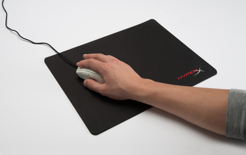 lowres_HyperX FURY mouse pad M_HX-MPFP-M_hand_02_02_2015 19_31